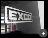 Letreiro do escritório da empresa Exco em aço inox