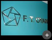 Letreiro de escritório com logotipo em variados formatos triangulares de aço inox