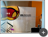 Letreiro UOL em acrílico instalado na parede do escritório