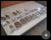 Letras de inox com alto brilho em produção para letreiros de igreja