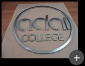 Letreiro para igreja Adal College circular com letras de inox escovado