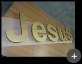 Produção do letreiro luminoso com leds para a igreja com letras com o nome Jesus