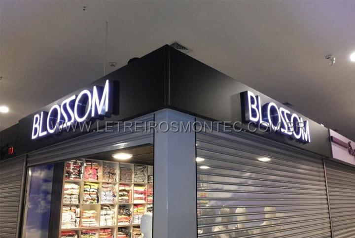 Instalação dos letreiros luminosos para a fachada da loja do Shopping