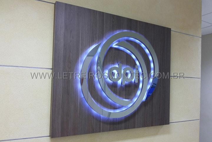 Instalação sobre placa de ACM, letreiro luminoso com leds no escritório do banco Bradesco