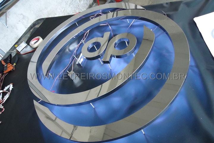 Letreiro para escritório luminoso em produção com fiação embutida para os leds