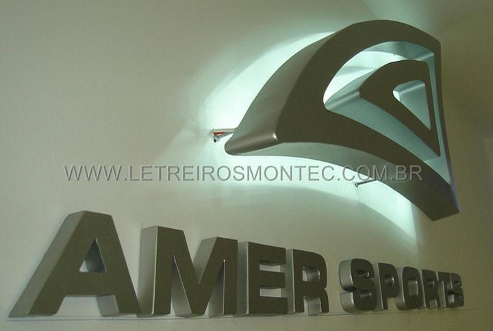 Letreiro iluminado por leds em formato de triângulo para a fachada da academia