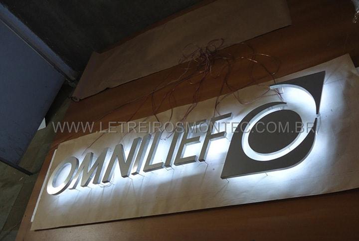 Letreiro com leds iluminado para a recepção da empresa Omnilief com estilo e sofisticação