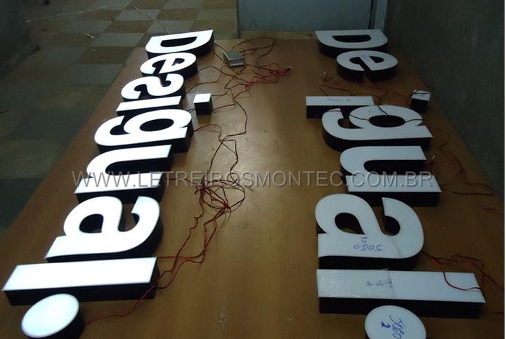 Letreiro com letras em produção para o luminoso da loja Desigual