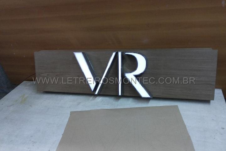 Letreiro luminoso com leds em fase de produção para a loja Vila Romana