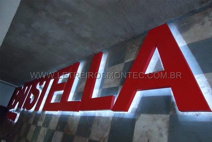 Letreiro luminoso sendo fabricado para o comércio com leds iluminado contornando todas as letras