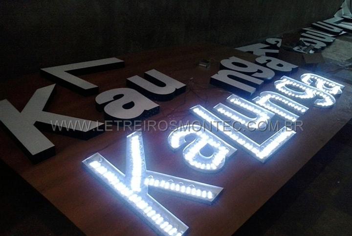 Letreiro luminoso fabricado com leds iluminado para a loja Kalunga do Shopping