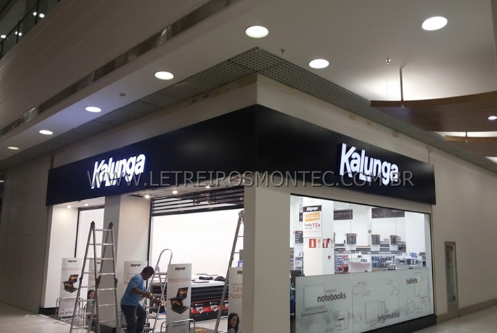 Letreiro luminoso instalado na fachada da loja do Shopping