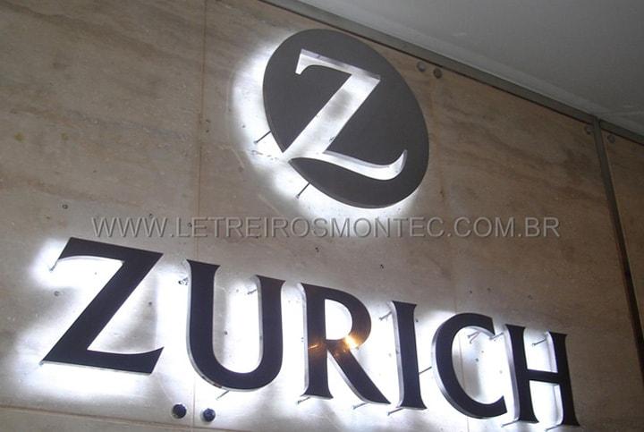 Letreiro luminoso instalado na recepção da companhia de seguros Zurich