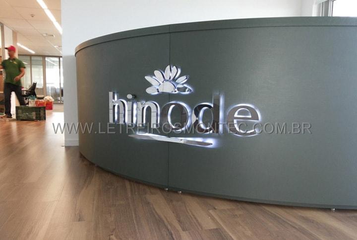 Letreiro luminoso de leds instalado sobre o balcão da recepção da Hinode cosméticos