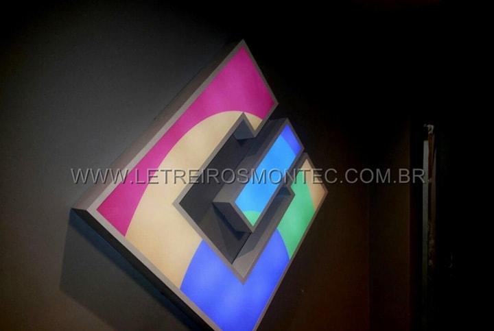 Letreiro luminoso com as luzes frontais iluminadas instalado sobre a parede para o escritório de tecnologia