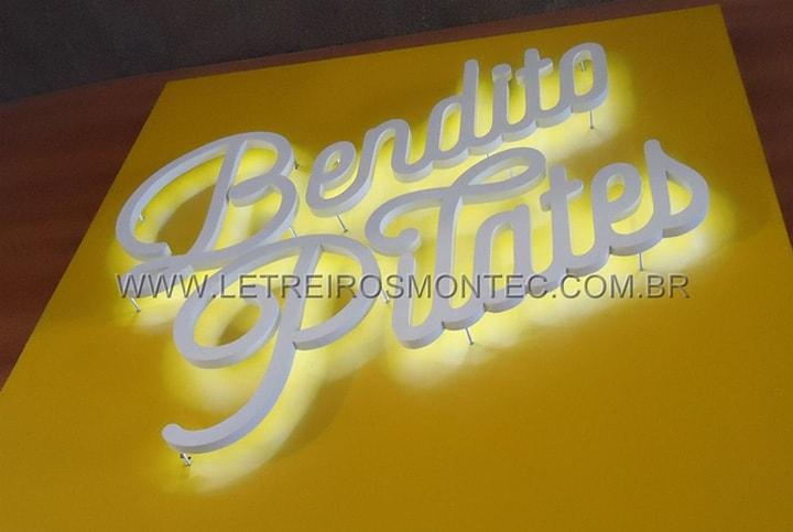 Letreiro para academia de pilates com leds para a iluminar a fachada