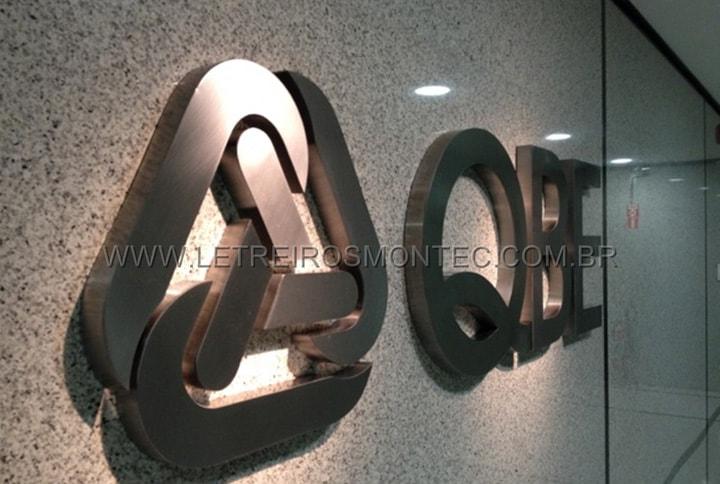 Letreiro de recepção do escritório da empresa de seguros em aço inox