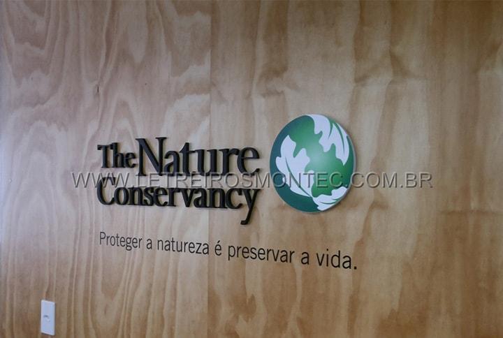 Letreiro para recepção da empresa que atua com a preservação do meio ambiente em acrílico com pintura e logotipo circular com impressão digital