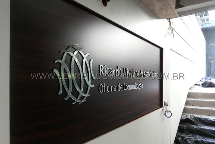 Letreiro para recepção da oficina de comunicação de acrílico com cores padronizadas de fábrica