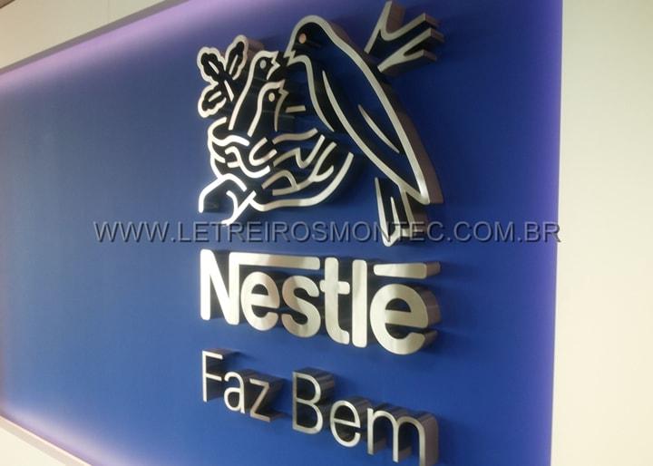 Letra caixa da Nestlé em aço inox escovado