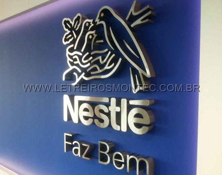 Letreiro da Nestlé em aço inox escovado